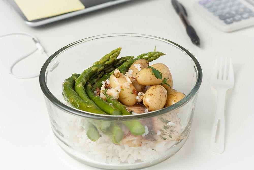 Espárragos con arroz y patatas asadas con tofu ahumado con ajo y perejil