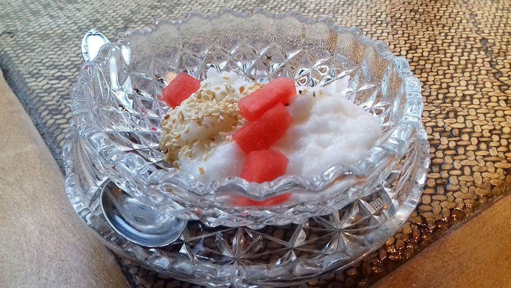 Pudding de arroz con bebida vegetal, trocitos de sandía y semillas de sésamo