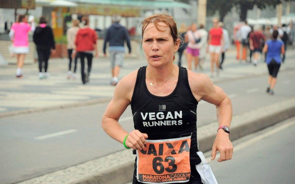 Coherencia ética y salud, motivaciones de los atletas veganos Fiona Oakes, atleta vegana ganadora de varios maratones y responsable de un santuario en Inglaterra en el que viven cientos de animales