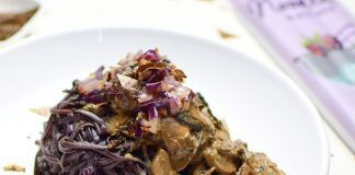 Noodles negros veganos sin gluten con salsa de setas y algas