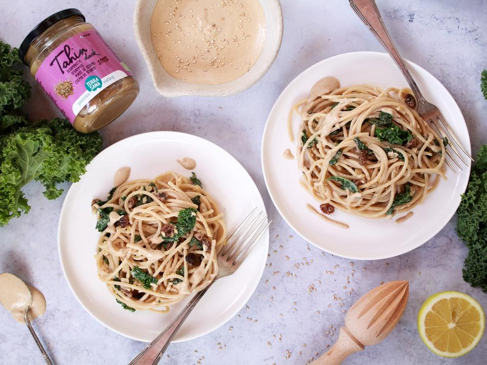 Espaguetis con kale, pasas y salsa de tahin